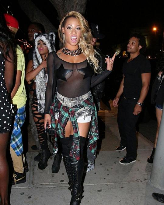 Model rapperky Hazel-E postrádá špetku vkusu.