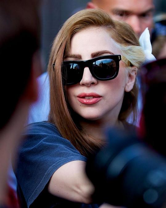 Své zničené vlasy si nechala Gaga obarvit.