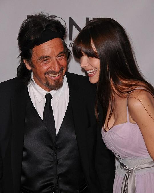 Americký herec se dobře baví po boku své mladší partnerky.