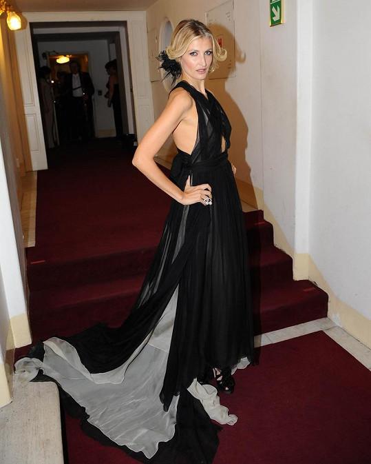 Tereza na Plese v Opeře v nádherných šatech Bottega Veneta.