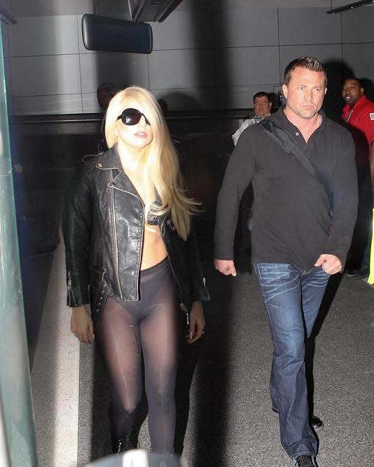 Lady Gaga a její nevkusný model.
