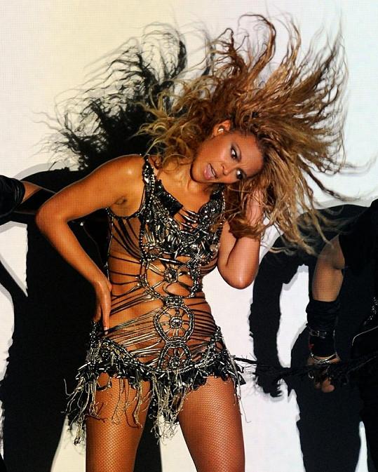 Sexy pavučinové šaty, tělové spodní prádlo, síťované punčochy a lodičky na vysokém podpatku. Takhle oděná Beyoncé předvedla svou divokou show v Las Vegas.