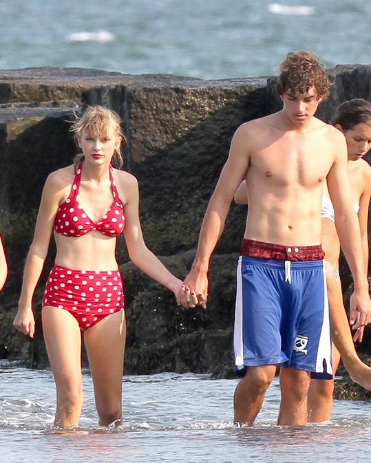 Taylor v retro plavkách s bývalým přítelem Conorem Kennedym v roce 2012