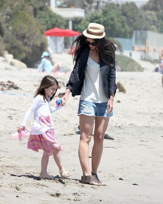 Katie s botkami zaraženými do písku.