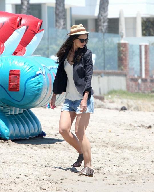 Manželka Toma Cruise se zřejmě ohlížela, jaké dělá v písku díry.