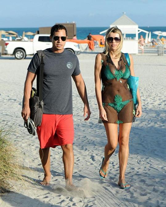 Rita v odvážných plážových šatech s mladším přítelem.