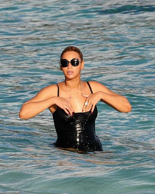 Pyšná maminka Beyoncé ukázala svou postavu v bikinách.