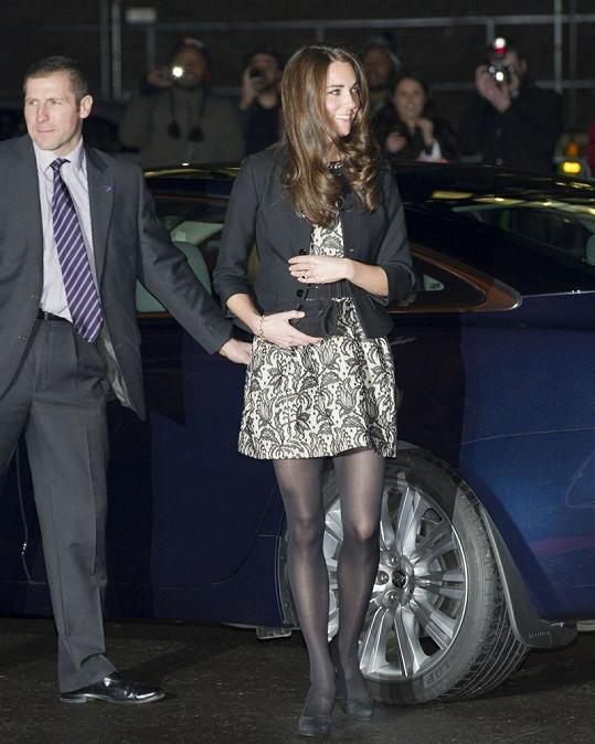 Kate má dlouhé a krásně tvarované nohy.