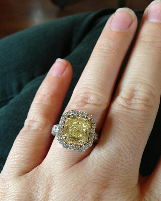 Zásnubní prsten Kelly Clarkson.