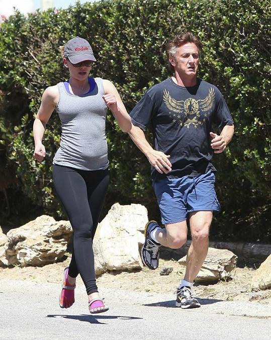 Šťastný pár: Sean Penn a Scarlett Johansson spolu chodili běhat.