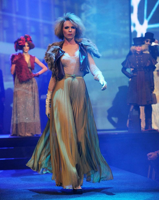 Diana Kobzanová na módní přehlídce