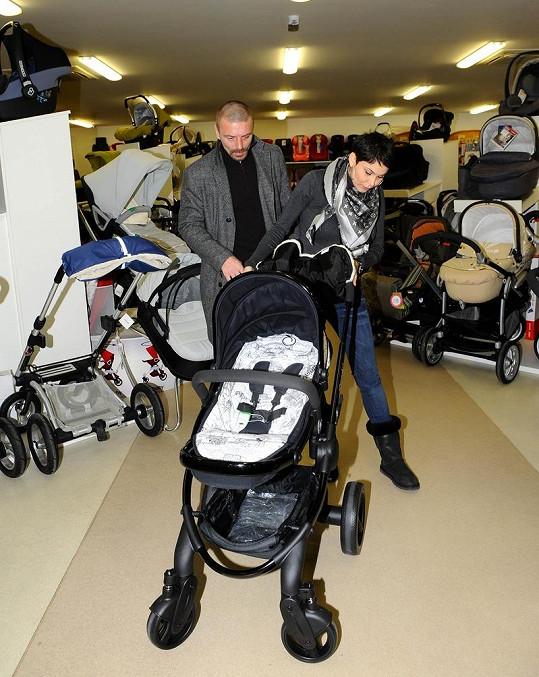 Do debaty nad kočárek se vložil i Tomáš, který se už těší, jak bude syna vozit.