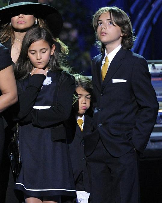 Michaelovy děti Paris a Prince na pohřbu svého otce.