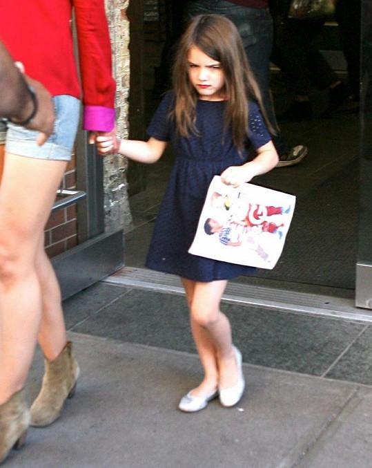 Dcera Toma Cruise a Katie Holmes má rudě namalované rty.