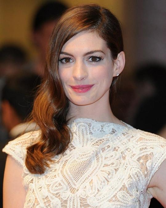 Anne Hathaway si ještě počká, než jí opět dorostou její krásné vlasy.