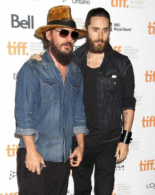 Jared se svým starším bratrem Shannonem na premiéře jejich dokumentu Artifact v Torontu.