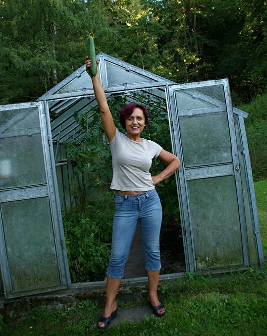 Petřiny pěstitelské úspěchy jsou nepopiratelné. Na tuhle gigantickou okurku je zpěvačka právem pyšná.