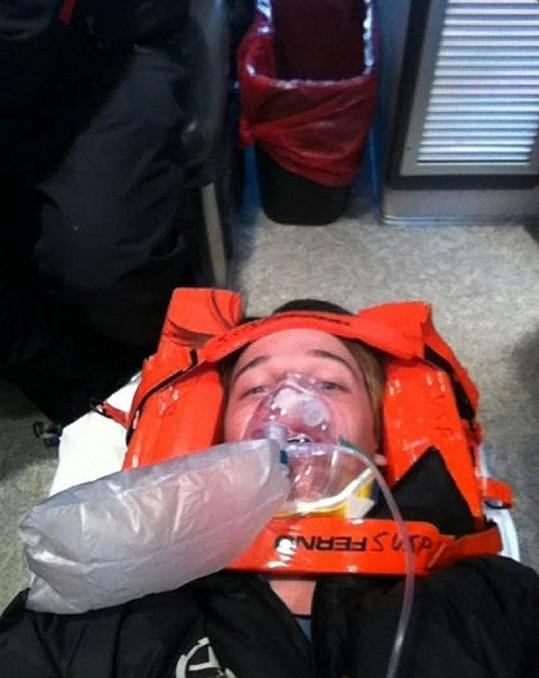Patrick Schwarzenegger během cesty do nemocnice.
