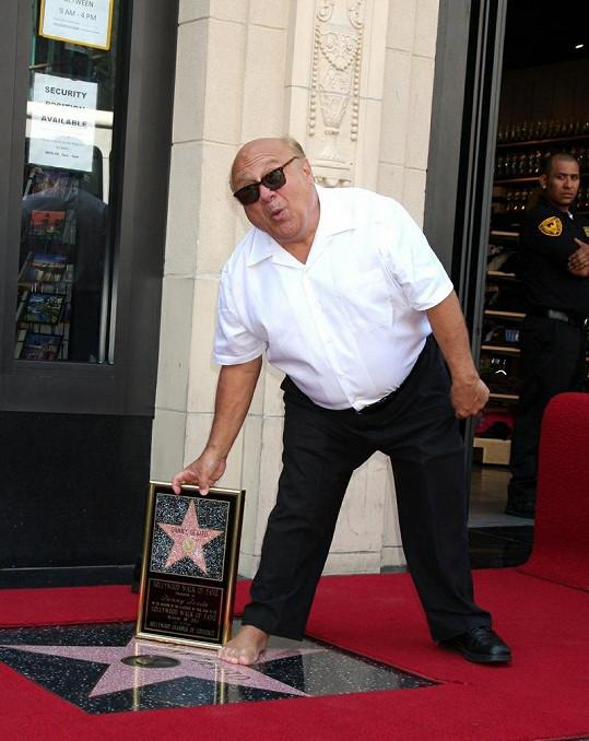 DeVito nechtěl hvězdu zašpinit, a tak si zul boty a sundal ponožku.