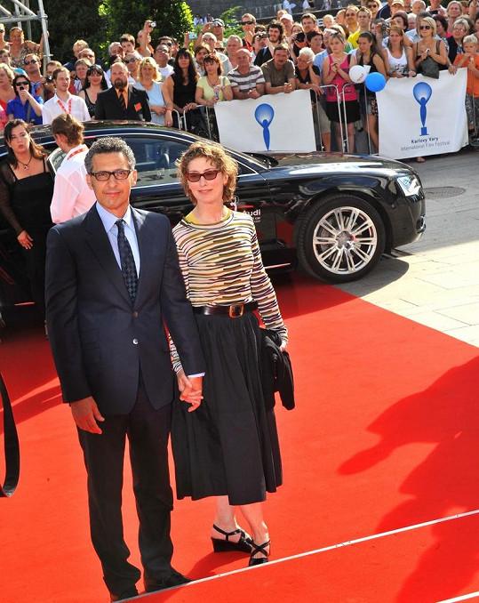 John Turturro s manželkou.