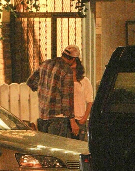 Mila Kunis a Ashton Kutcher před restaurací Spasso.