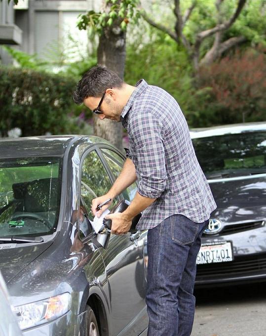 Ben Affleck poničil cizí auto, ukázal ale své dobré vychování.