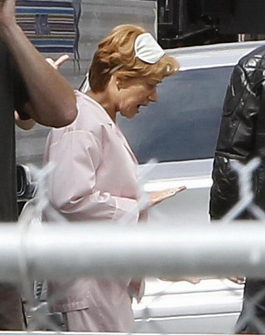Helen Mirren v pyžamu si zkouší roli.