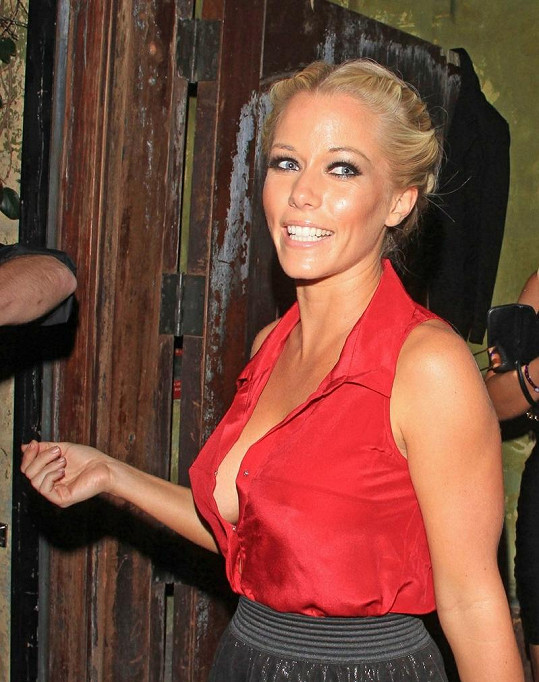 Kendra si na večírek vzala odvážný model.
