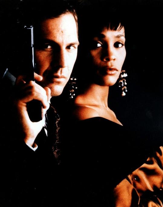 Kevin Costner s Whitney Houston ve snímku z roku 1992 Osobní strážce.