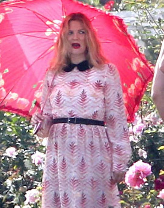 Volné šaty nezakryly těhotenské bříško Drew Barrymore.