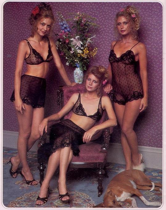 Modelky byly pod průsvitnými košilkami úplně nahé.
