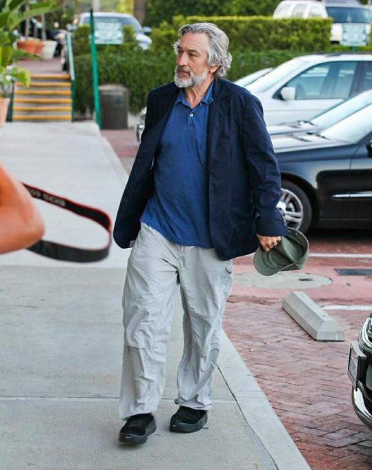 Robert De Niro přichází na večeři se Seanem Pennem a jeho přítelkyní.