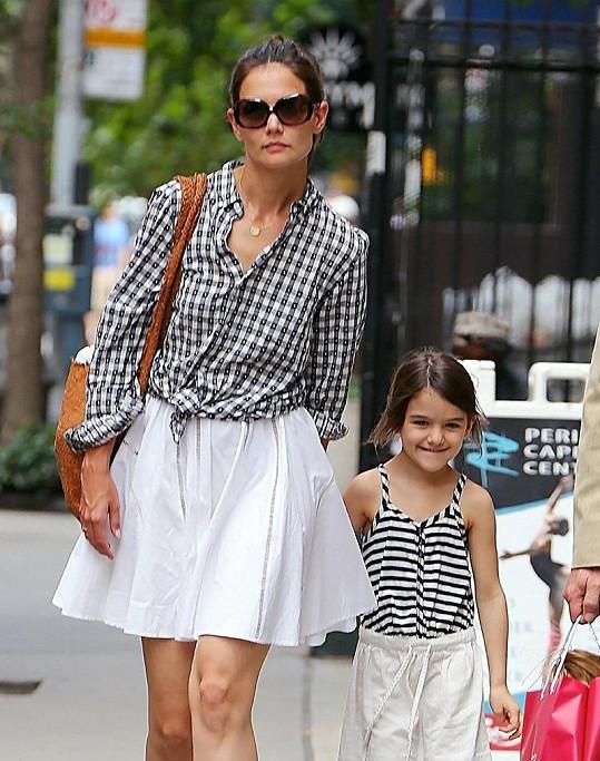 Dámská jízda: Katie a Suri na nákupech v New Yorku.