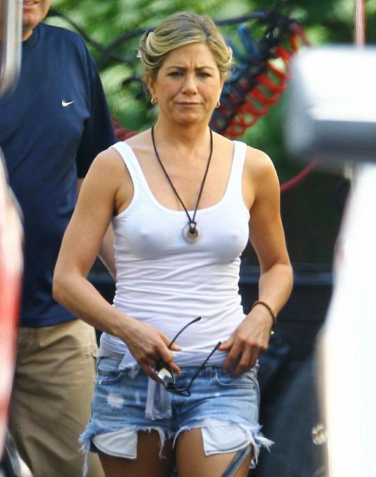 Jennifer nevypadala zrovna spokojeně, ale pozornost budila velikou.