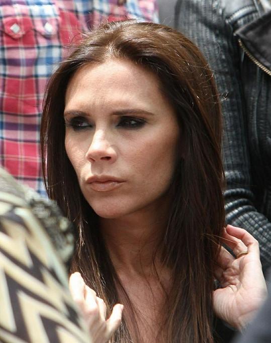 Beckham by pro příště mohla zvolit o tón tmavší make-up.