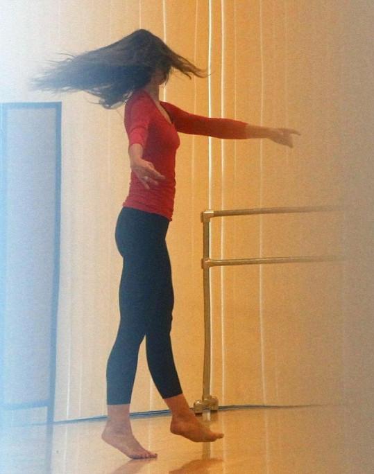 Katie a její svůdné taneční pohyby.