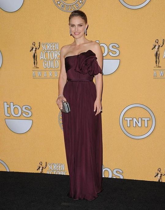 Natalie Portman zapózovala v press roomu ve skvostné Couture róbě od Giambattisty Valliho. Šaty z šifónu a hedvábí v barvě bordó dokazují, že je herečka po porodu opět ve formě.