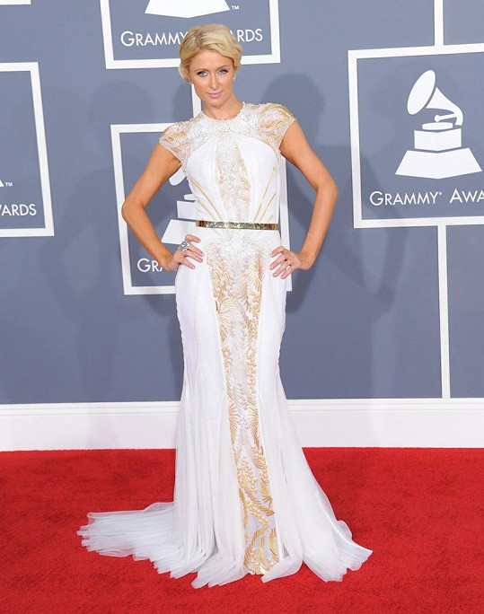 Přestože druhé album Paris Hilton ještě není hotové, rozhodla se na předávání hudebních cen upozornit aspoň díky svým úchvatným šatům Basil Soda.