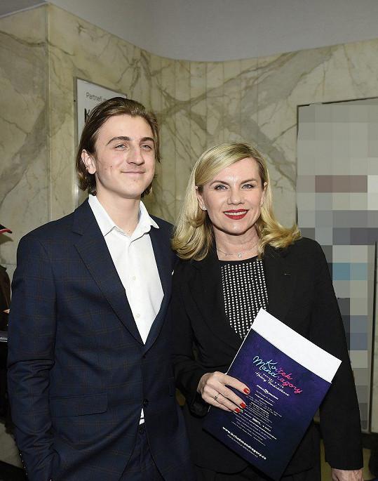 Machálková dorazila na premiéru Kvítku mandragory se synem.