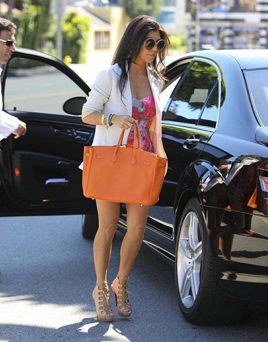 Kourtney Kardashian je maminkou a ze sester nejstarší, ale s kily navíc nemá problém.