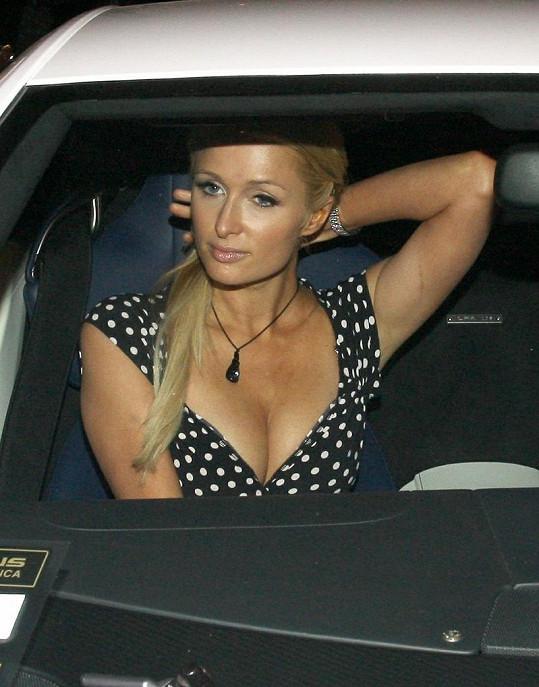 Paris Hilton nikdy bujnými vnadami neoplývala. Co za tímto dekoltem asi stojí?