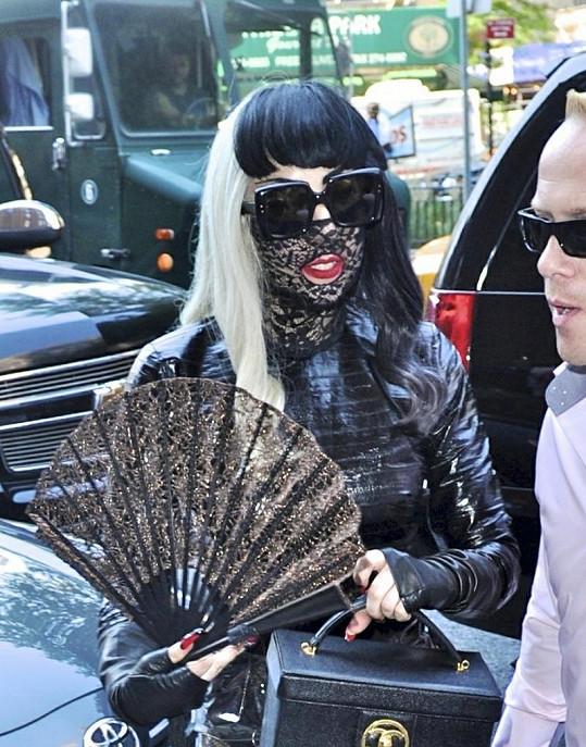 Gaga ví, čím upoutat pozornost.