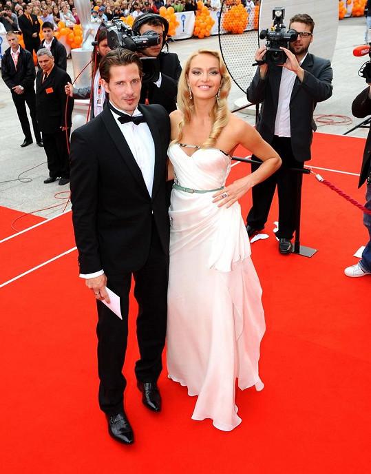 Taťána Kuchařová v šatech své dvorní návrhářky s přítelem Lanem Carlsonem.