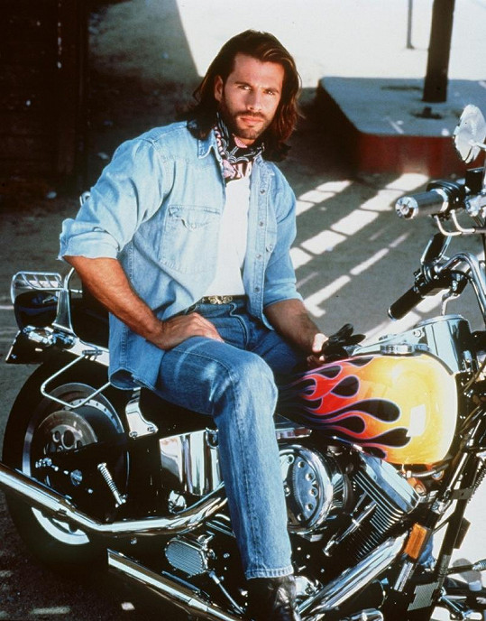 Reno Raines alias Vince Black bez své motorky nedal ani ránu.
