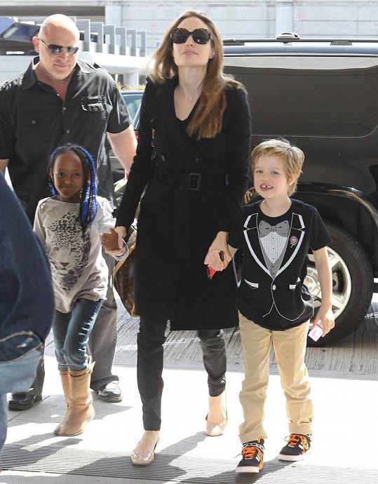 Angelina Jolie s dcerami Zaharou a Shiloh.