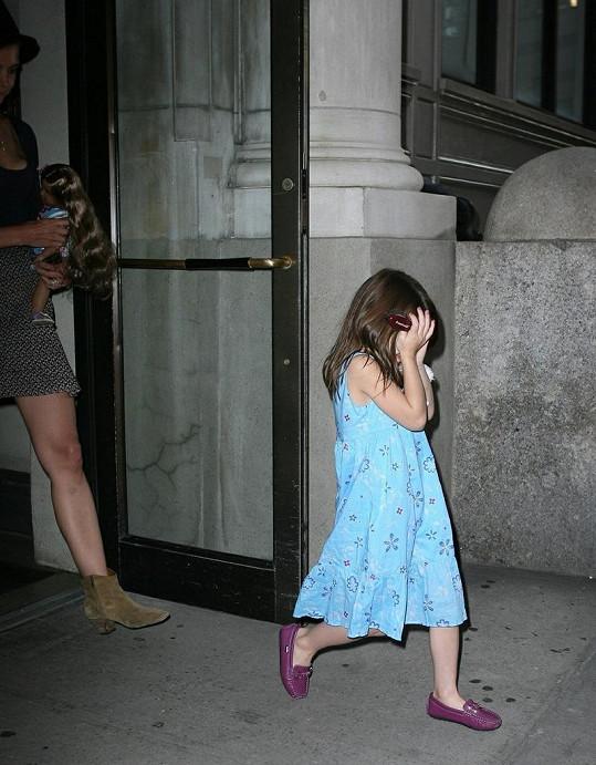 Náladová brunetka se skrývala před fotografy.