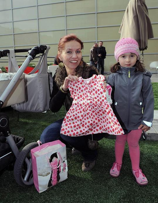 Dcera Nořiny kamarádky Sašenka předala moderátorce šatičky pro Dianku.