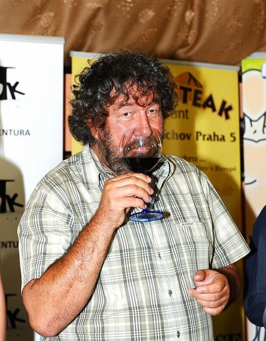 To se jen tak nevidí: abstinent Troška pije víno.