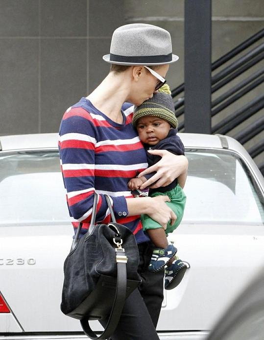 Herečka se svým synem Jacksonem.