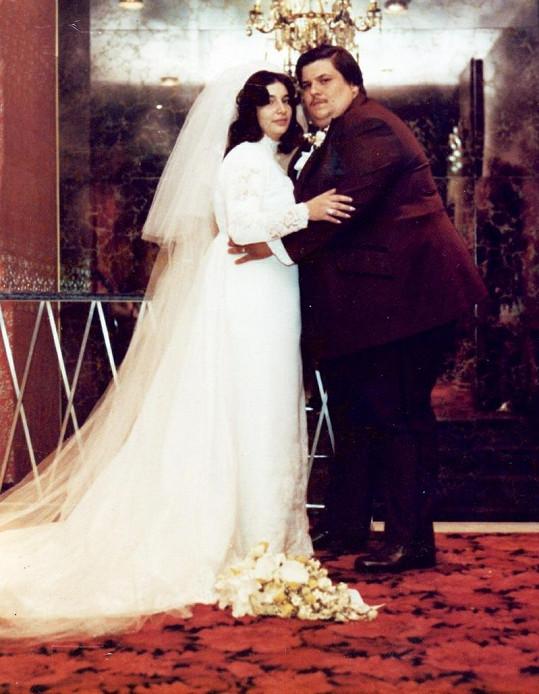 Hebranko na svatební fotografii s manželkou Madelaine v roce 1976.